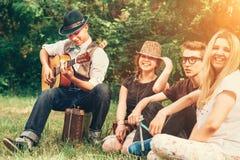 Adolescentes felices que cantan así como la guitarra Foto de archivo