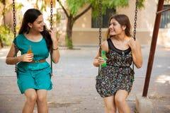 Adolescentes felices que cuelgan hacia fuera Foto de archivo