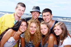Adolescentes felices que juegan en el mar Foto de archivo libre de regalías