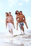 Adolescentes felices que juegan en el mar Fotos de archivo libres de regalías