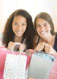 Adolescentes felices que llevan los panieres Fotografía de archivo