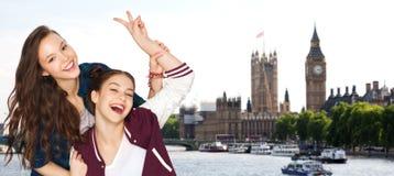 Adolescentes felices que muestran el signo de la paz en Londres Foto de archivo