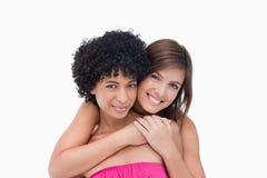 Adolescentes felices que se abrazan Imágenes de archivo libres de regalías
