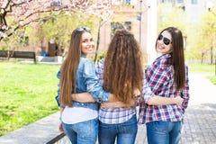 Adolescentes felices que se divierten en parque soleado del verano Tiempo caliente de la primavera Fotos de archivo libres de regalías