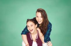 Adolescentes felices que se divierten sobre tablero verde Fotos de archivo libres de regalías