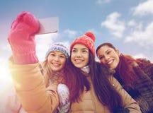 Adolescentes felices que toman el selfie con smartphone Imagenes de archivo