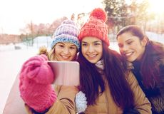 Adolescentes felices que toman el selfie con smartphone Imagen de archivo