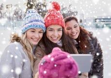 Adolescentes felices que toman el selfie con smartphone Foto de archivo libre de regalías