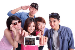 Adolescentes felices que toman imágenes Fotografía de archivo libre de regalías