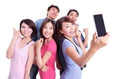 Adolescentes felices que toman imágenes Imagen de archivo libre de regalías