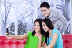 Adolescentes felices que toman la imagen del uno mismo Foto de archivo libre de regalías