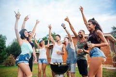 Adolescentes felizes alegres novos que dançam na área de piquenique fotos de stock royalty free