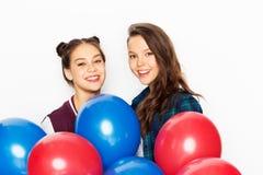 Adolescentes felizes com balões do hélio foto de stock royalty free