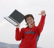Adolescentes felizes com portátil à disposicão fotos de stock royalty free