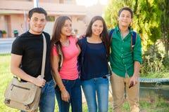 Adolescentes felizes na escola fotos de stock