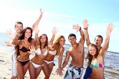 Adolescentes felizes que jogam no mar Fotografia de Stock Royalty Free
