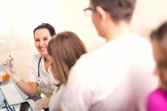 Adolescentes femeninos del doctor y del paciente Fotos de archivo