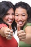 Adolescentes femeninos jovenes satisfechos Imagen de archivo libre de regalías