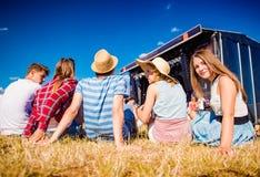 Adolescentes, festival de música del verano, colocándose delante de etapa Imagen de archivo libre de regalías