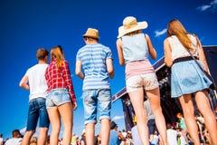 Adolescentes, festival de música del verano, colocándose delante de etapa Fotos de archivo libres de regalías