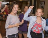 Adolescentes frescos que bailan en la cocina Fotografía de archivo
