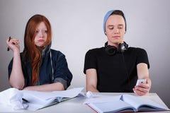 Adolescentes groseros en la escuela Imagen de archivo libre de regalías