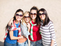 Adolescentes hermosos o mujeres jovenes que se divierten Fotos de archivo