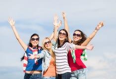 Adolescentes hermosos o mujeres jovenes que se divierten Fotos de archivo libres de regalías