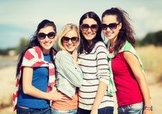 Adolescentes hermosos o mujeres jovenes que se divierten Imagen de archivo libre de regalías