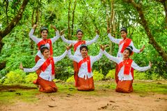Adolescentes hermosos que bailan para mostrar a turistas Imagen de archivo