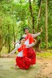 Adolescentes hermosos que bailan para mostrar a turistas Fotos de archivo