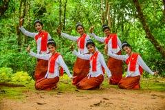 Adolescentes hermosos que bailan para mostrar a turistas Imagenes de archivo