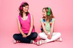 Adolescentes hermosos que miran uno a Imagen de archivo libre de regalías