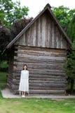Adolescentes hermosos que se colocan en cabina delantera Imagenes de archivo