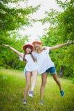 Adolescentes hermosos que se divierten en el parque al aire libre Fotos de archivo libres de regalías