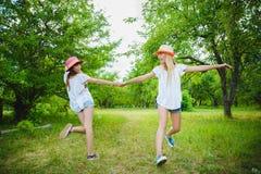 Adolescentes hermosos que se divierten en el parque al aire libre Fotos de archivo