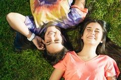 Adolescentes hermosos que se divierten en parque del verano outdoor Fotos de archivo libres de regalías