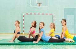 Adolescentes hermosos que se resuelven en gimnasio Foto de archivo