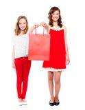 Adolescentes hermosos que sostienen el bolso de compras Fotos de archivo