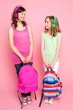 Adolescentes hermosos que sostienen el bolso de escuela Fotografía de archivo