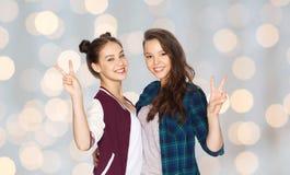 Adolescentes heureuses étreignant et montrant le signe de paix Photo libre de droits