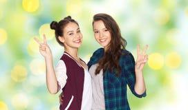 Adolescentes heureuses étreignant et montrant le signe de paix Image libre de droits