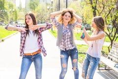 Adolescentes heureuses ayant l'amusement dans le parc ensoleillé d'été Temps chaud de ressort Photo libre de droits