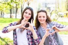 Adolescentes heureuses ayant l'amusement dans le parc ensoleillé d'été Temps chaud de ressort Image libre de droits
