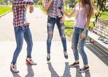 Adolescentes heureuses ayant l'amusement dans le parc ensoleillé d'été Temps chaud de ressort Image stock