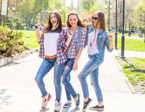 Adolescentes heureuses ayant l'amusement dans le parc ensoleillé d'été Temps chaud de ressort Photographie stock