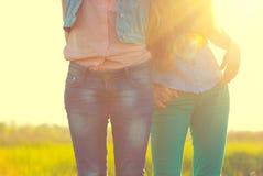 Adolescentes heureuses dans la tenue de détente image stock