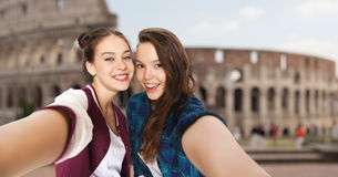 Adolescentes heureuses prenant le selfie au-dessus du Colisé Photos stock