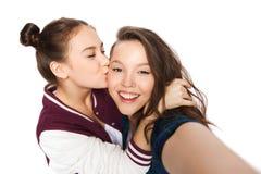 Adolescentes heureuses prenant le selfie et des baisers Photographie stock libre de droits