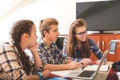 Adolescentes hilarantes listos para el estudio Fotografía de archivo